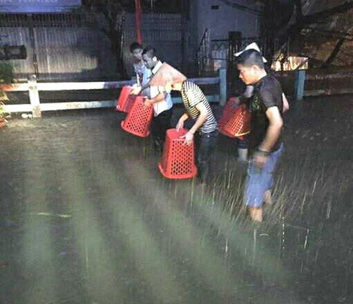 [ẢNH] Hà Nội ngập nặng sau trận mưa liên tục suốt đêm - Ảnh 34.