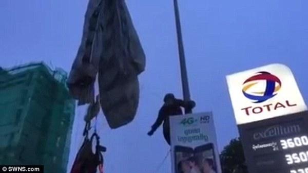 Gặp sự cố bất ngờ, lính dù Campuchia bị muối mặt ngay giữa đường phố đông đúc - ảnh 3