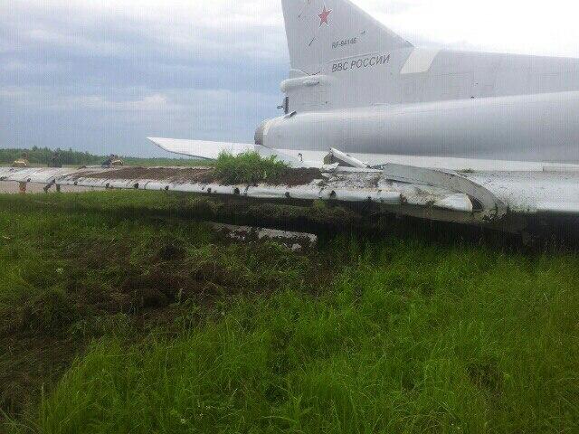 Máy bay ném bom Tu-22M3 bất ngờ trượt khỏi đường băng - Ảnh 2.