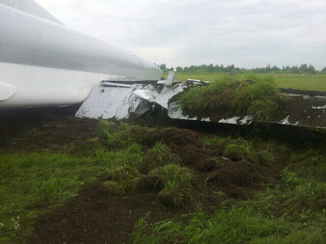 Máy bay ném bom Tu-22M3 bất ngờ trượt khỏi đường băng - Ảnh 3.
