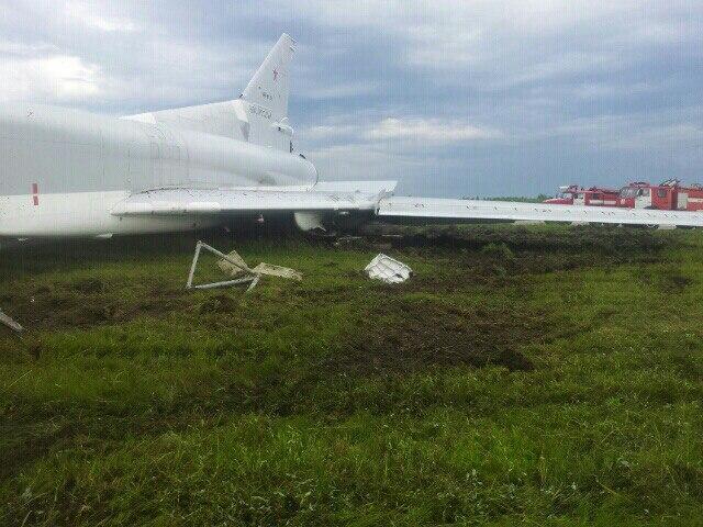 Máy bay ném bom Tu-22M3 bất ngờ trượt khỏi đường băng - Ảnh 4.