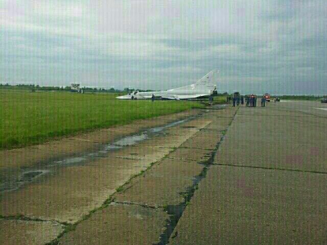 Máy bay ném bom Tu-22M3 bất ngờ trượt khỏi đường băng - Ảnh 6.