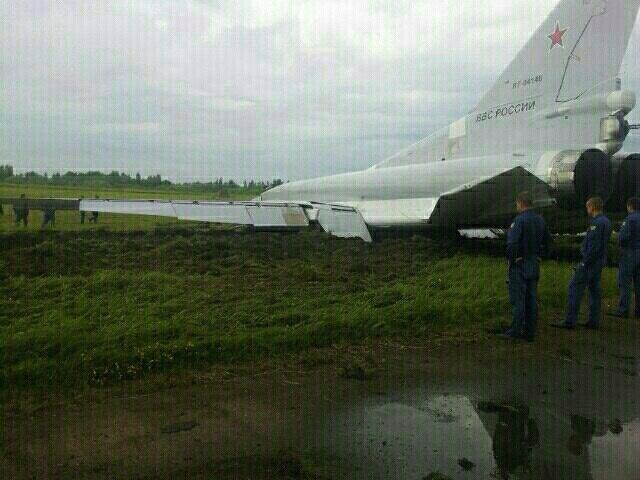 Máy bay ném bom Tu-22M3 bất ngờ trượt khỏi đường băng - Ảnh 1.