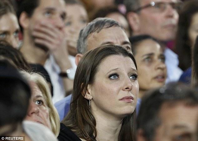 [CHÙM ẢNH] Người ủng hộ Clinton tuyệt vọng nức nở, fan Trump reo hò ăn mừng chiến thắng - Ảnh 3.