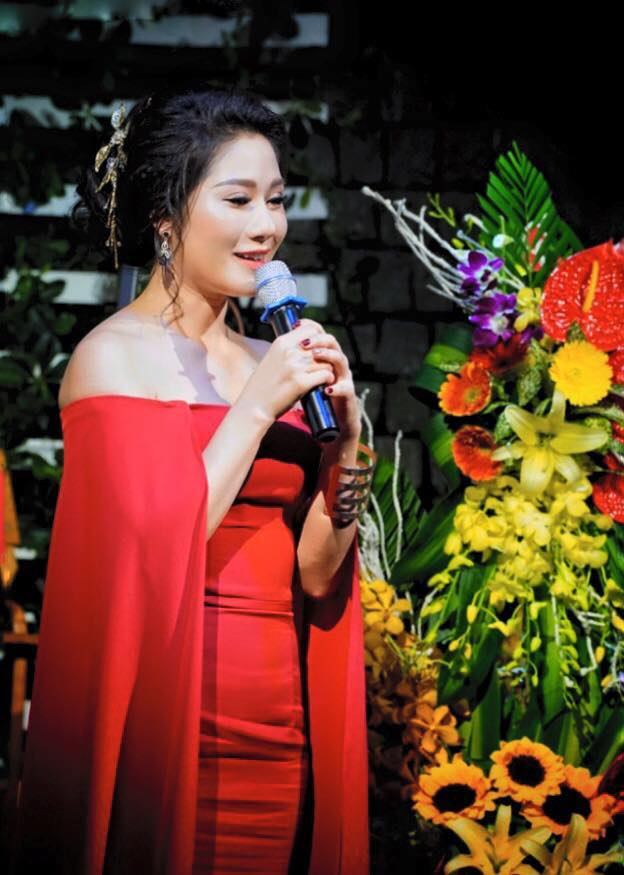 Thu Trang mặc gợi cảm trong ngày ra mắt album đầu tay - Ảnh 1.