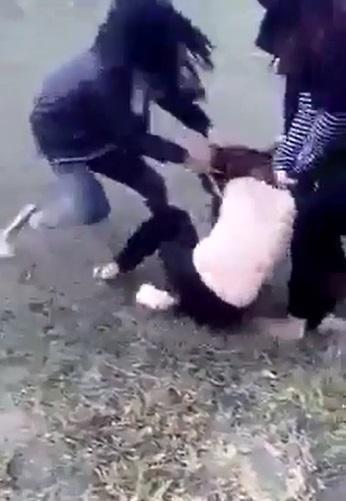 Nhóm nữ sinh đánh, lột áo bạn giữa đường rồi lên facebook xin lỗi  - Ảnh 3.