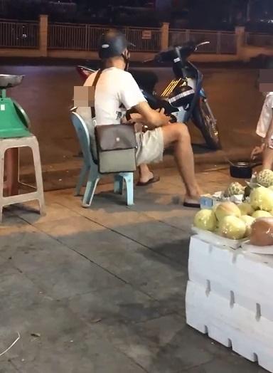 Hà Nội: Hành động gây sốc của người đàn ông giữa quầy bán hoa quả - Ảnh 2.