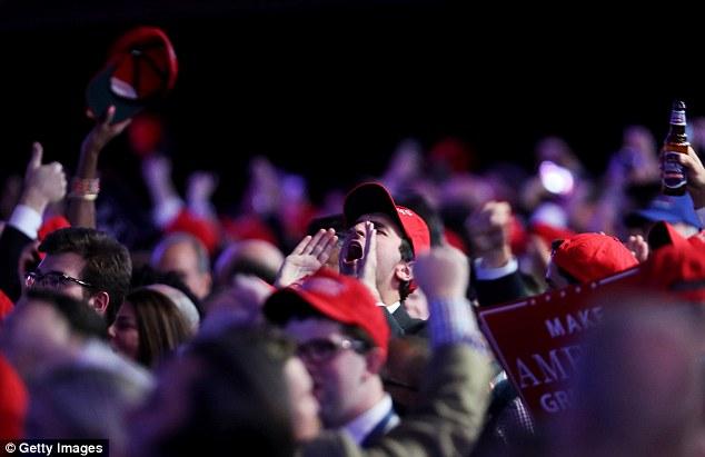 [CHÙM ẢNH] Người ủng hộ Clinton tuyệt vọng nức nở, fan Trump reo hò ăn mừng chiến thắng - Ảnh 6.