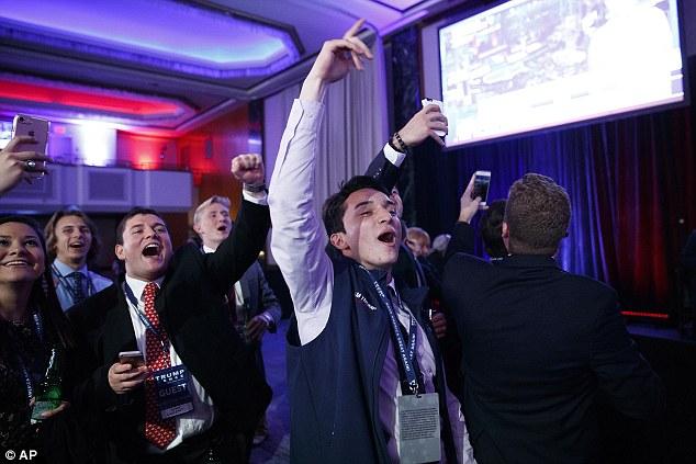 [CHÙM ẢNH] Người ủng hộ Clinton tuyệt vọng nức nở, fan Trump reo hò ăn mừng chiến thắng - Ảnh 7.
