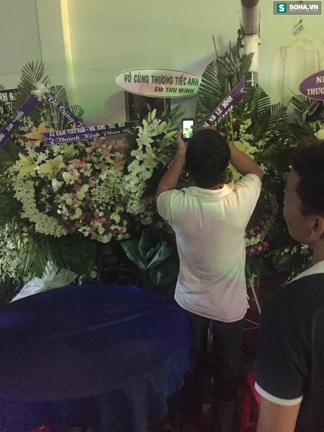 Hành động gây bức xúc trong lễ viếng Minh Thuận - Ảnh 3.