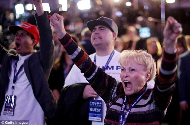 [CHÙM ẢNH] Người ủng hộ Clinton tuyệt vọng nức nở, fan Trump reo hò ăn mừng chiến thắng - Ảnh 8.