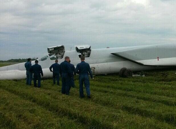 Máy bay ném bom Tu-22M3 bất ngờ trượt khỏi đường băng - Ảnh 5.