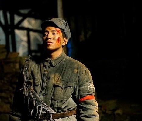 Đóng phim với Thành Long, hàng loạt mỹ nam bị ngược đãi lên bờ xuống ruộng - Ảnh 7.