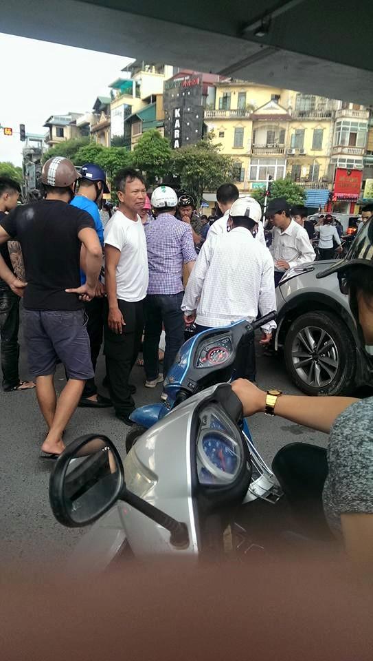 Hà Nội: Hàng chục người nhấc bổng đầu xe ô tô Santafe giải cứu người phụ nữ - ảnh 2