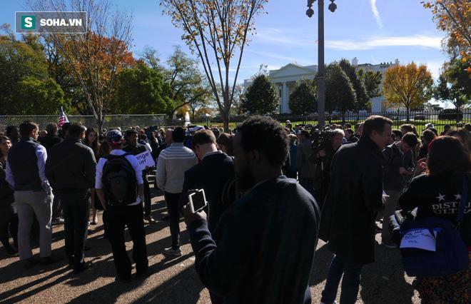 [CHÙM ẢNH] Từ Washington DC: Bên ngoài Nhà Trắng, dân Mỹ tụ tập phản đối Tổng thống Trump - Ảnh 1.