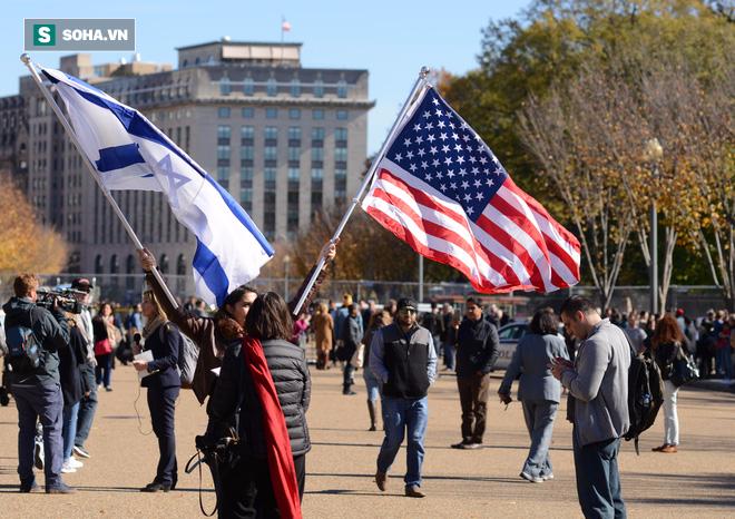 [CHÙM ẢNH] Từ Washington DC: Bên ngoài Nhà Trắng, dân Mỹ tụ tập phản đối Tổng thống Trump - Ảnh 4.