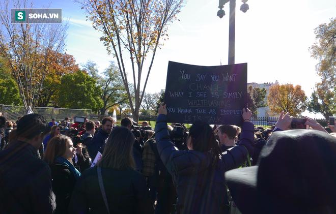 [CHÙM ẢNH] Từ Washington DC: Bên ngoài Nhà Trắng, dân Mỹ tụ tập phản đối Tổng thống Trump - Ảnh 5.