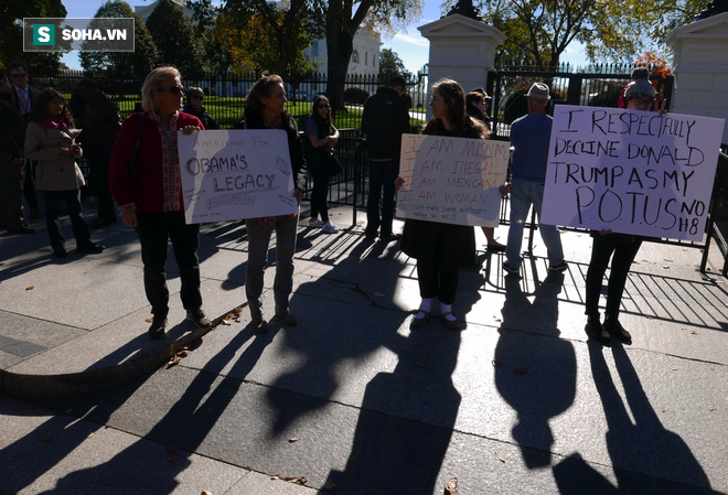 [CHÙM ẢNH] Từ Washington DC: Bên ngoài Nhà Trắng, dân Mỹ tụ tập phản đối Tổng thống Trump - Ảnh 6.