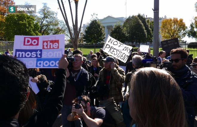 [CHÙM ẢNH] Từ Washington DC: Bên ngoài Nhà Trắng, dân Mỹ tụ tập phản đối Tổng thống Trump - Ảnh 7.
