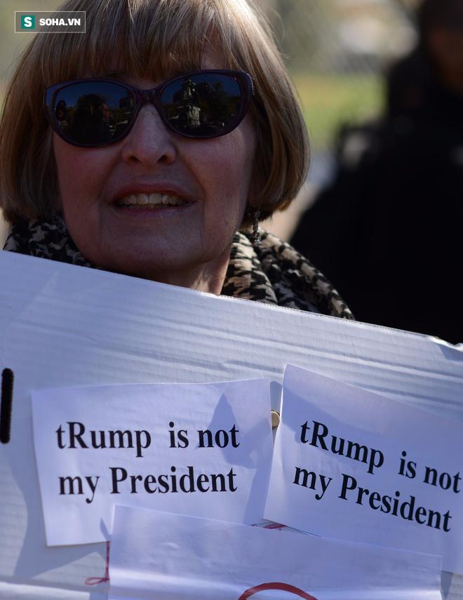 [CHÙM ẢNH] Từ Washington DC: Bên ngoài Nhà Trắng, dân Mỹ tụ tập phản đối Tổng thống Trump - Ảnh 8.