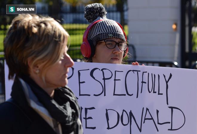 [CHÙM ẢNH] Từ Washington DC: Bên ngoài Nhà Trắng, dân Mỹ tụ tập phản đối Tổng thống Trump - Ảnh 9.