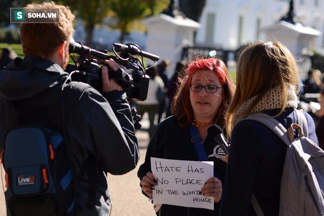 [CHÙM ẢNH] Từ Washington DC: Bên ngoài Nhà Trắng, dân Mỹ tụ tập phản đối Tổng thống Trump - Ảnh 10.