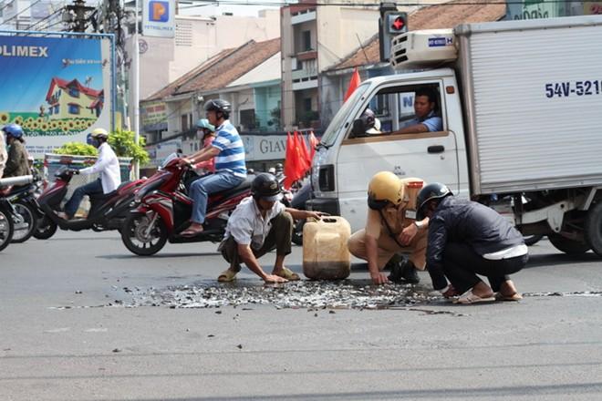 Hành động tuyệt vời của những người lính cứu hỏa giữa phố Hà Nội - Ảnh 4.