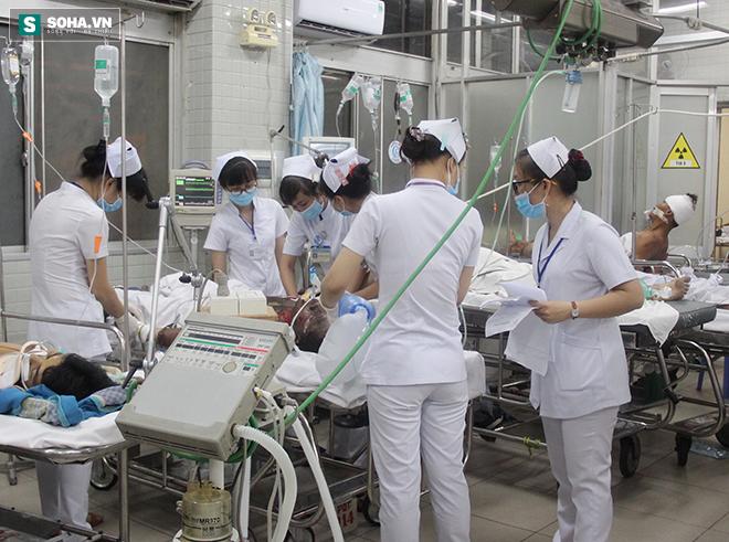 Bệnh nhân tung cửa, ôm bụng chạy vào đòi được bác sĩ cấp cứu gấp - Ảnh 3.