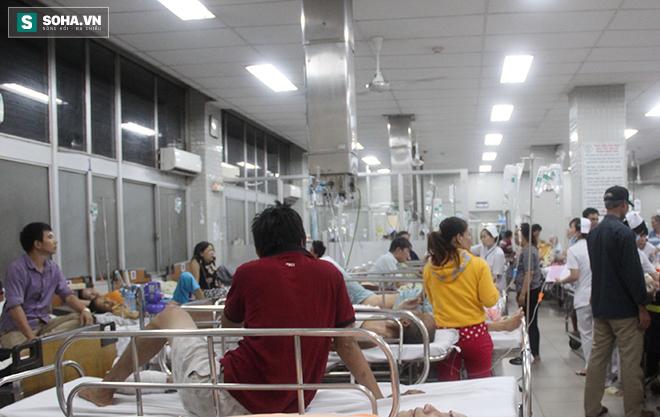 Bệnh nhân tung cửa, ôm bụng chạy vào đòi được bác sĩ cấp cứu gấp - Ảnh 1.