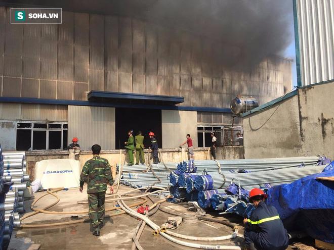 Cháy lớn ở khu công nghiệp Ngọc Hồi, nhiều người hoảng loạn bỏ chạy - ảnh 6
