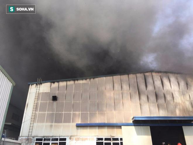 Cháy lớn ở khu công nghiệp Ngọc Hồi, nhiều người hoảng loạn bỏ chạy - ảnh 8
