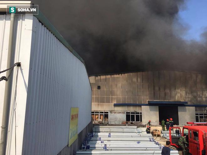 Cháy lớn ở khu công nghiệp Ngọc Hồi, nhiều người hoảng loạn bỏ chạy - ảnh 10