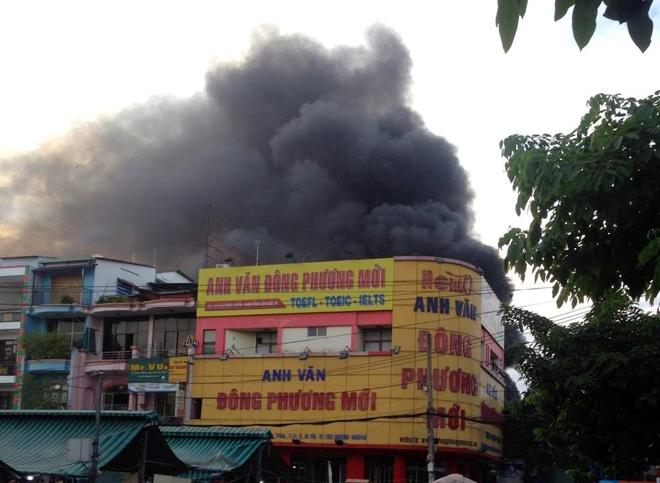 Hiện trường vụ cây xăng cháy lớn, nổ như bom ở Sài Gòn - Ảnh 2.