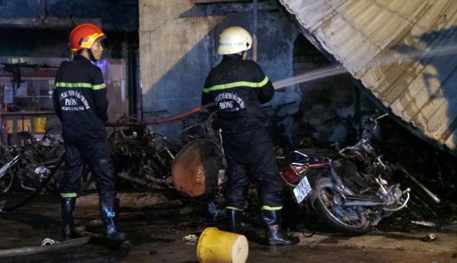 Hiện trường vụ cây xăng cháy lớn, nổ như bom ở Sài Gòn - Ảnh 11.