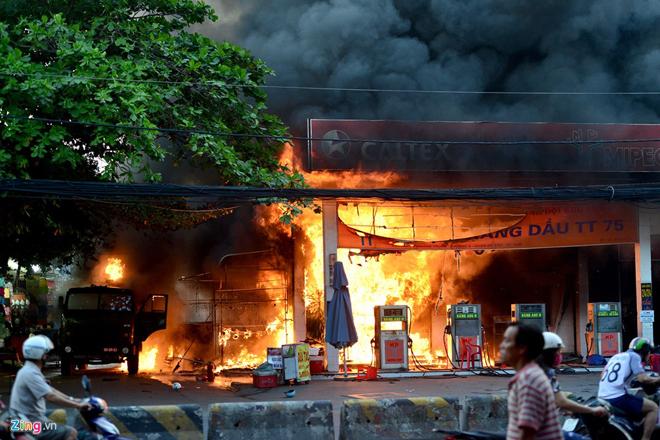 Hiện trường vụ cây xăng cháy lớn, nổ như bom ở Sài Gòn - Ảnh 3.