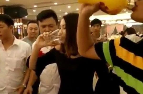 Đàn ông ép phụ nữ uống rượu là vô văn hoá! - Ảnh 1.