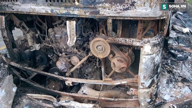 Tài xế hô hoán người dân cứu xe khách đang bốc khói, lửa - Ảnh 2.