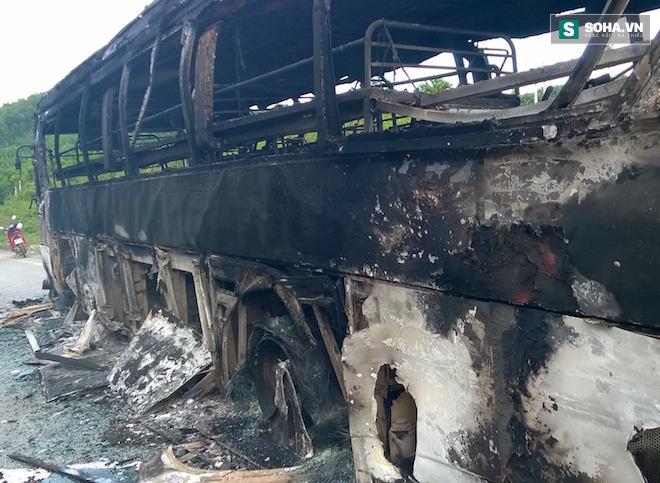 Tài xế hô hoán người dân cứu xe khách đang bốc khói, lửa - Ảnh 4.