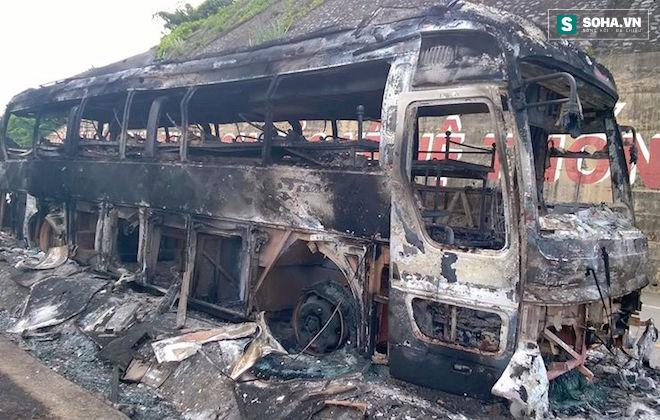 Tài xế hô hoán người dân cứu xe khách đang bốc khói, lửa - Ảnh 1.