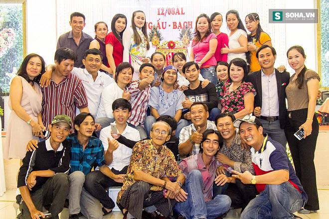 Cận cảnh tiệc giỗ Tổ của nghệ sĩ nghèo trong showbiz Việt - Ảnh 3.