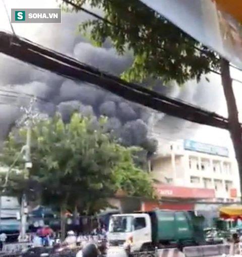 Cây xăng phát nổ như bom, cháy lớn ở Sài Gòn - Ảnh 1.