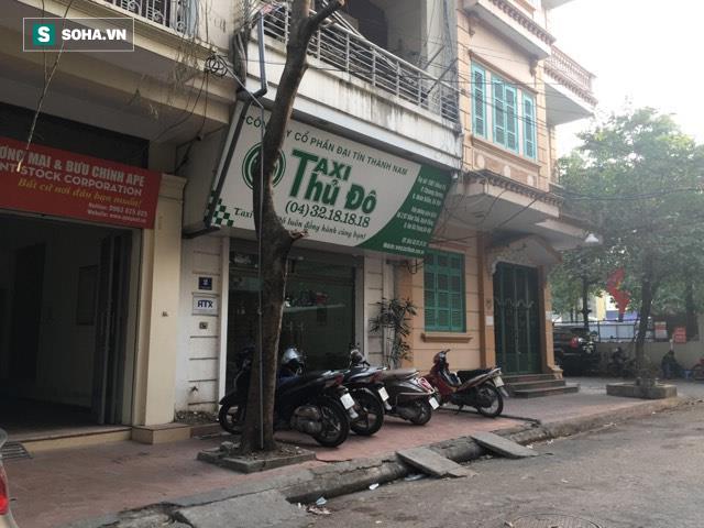 Tài xế taxi bị đánh, phải quỳ xuống xin tha giữa đường phố Hà Nội - Ảnh 3.