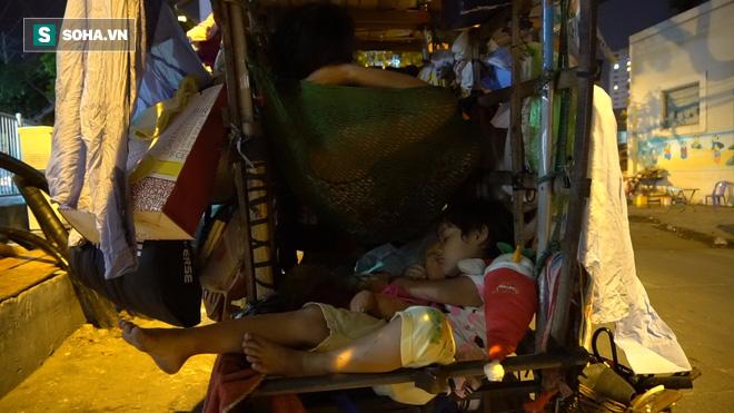 Vợ chồng nhặt ve chai sống trong chiếc xe đẩy vỏn vẹn 1 mét vuông ở Sài Gòn - Ảnh 5.