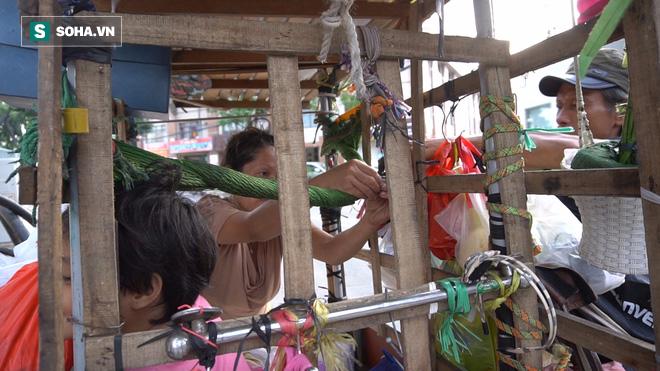 Vợ chồng nhặt ve chai sống trong chiếc xe đẩy vỏn vẹn 1 mét vuông ở Sài Gòn - Ảnh 2.