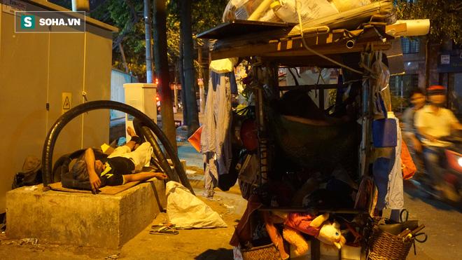Vợ chồng nhặt ve chai sống trong chiếc xe đẩy vỏn vẹn 1 mét vuông ở Sài Gòn - Ảnh 7.