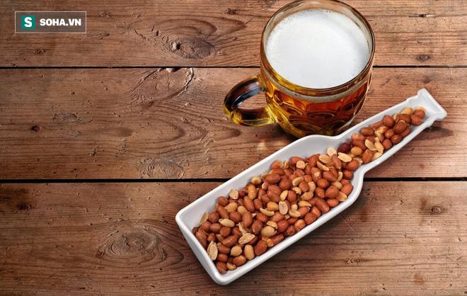 Chuyên gia chia sẻ 8 bí quyết uống rượu để không hại gan, say khướt - Ảnh 1.