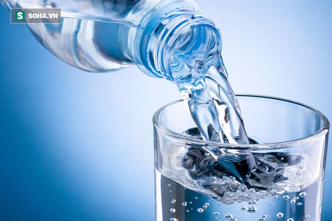 Không cần cố gắng uống 2 lít nước, hãy uống vào 5 thời điểm này