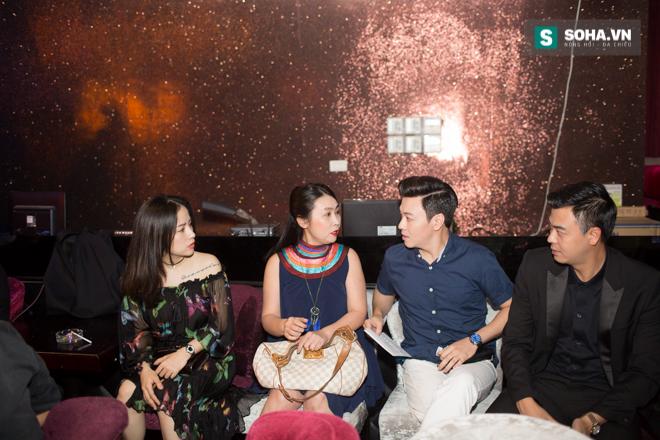 Quá 12h đêm, Quang Linh và hàng chục nghệ sĩ vẫn miệt mài hát vì miền Trung - Ảnh 1.
