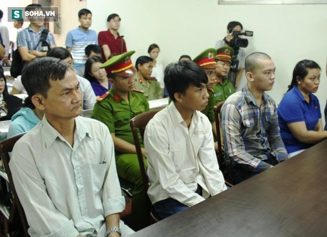 Miễn trách nhiệm hình sự cho 2 bị cáo vụ cướp bánh mì vì đói ở Sài Gòn - Ảnh 1.