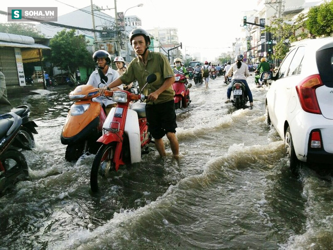Người Sài Gòn khổ sở lội nước đi làm, kẹt xe kéo dài hàng cây số - Ảnh 1.